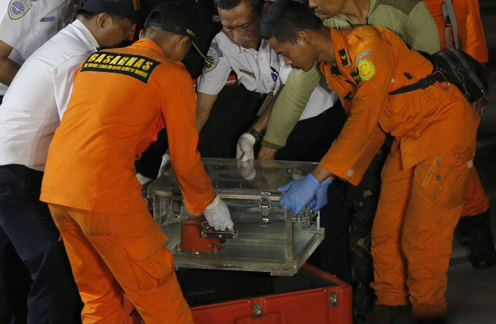 Caja que contiene el registrador de datos de vuelo del avión Lion Air. | Foto: AFP