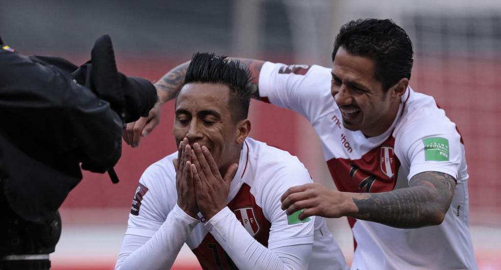 Gianluca Lapadula y Christian Cueva fueron los protagonistas del primer gol de Perú ante Ecuador por las Eliminatorias Qatar 2022. (Foto: AFP)