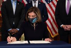 """""""Nadie está por encima de la ley"""", dice Nancy Pelosi al firmar el impeachment a Donald Trump"""