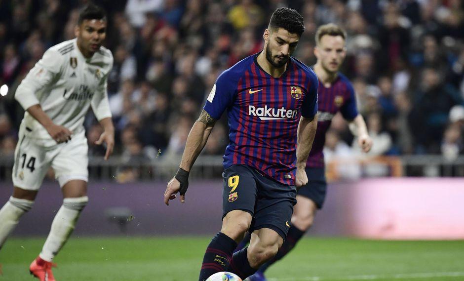 Real Madrid vs. Barcelona: exquisita definición a lo Panenka de Luis Suárez para el 3-0 | Foto: AFP