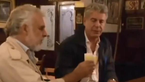 "Anthony Bourdain prueba pisco sour en Chile en el programa ""Sin reservas"". (Foto: Captura de pantalla/ YouTube)"