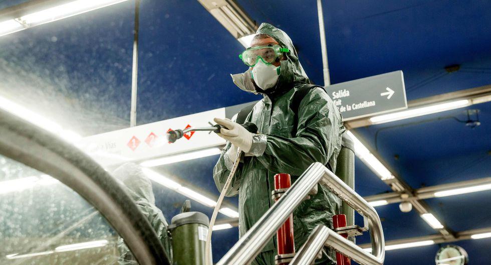 Un miembro de la compañía NBQ realiza una desinfección general en la estación de metro Nuevos Ministerios en Madrid, España, país seriamente golpeado por la pandemia de coronavirus. (AFP / BALDESCA SAMPER).