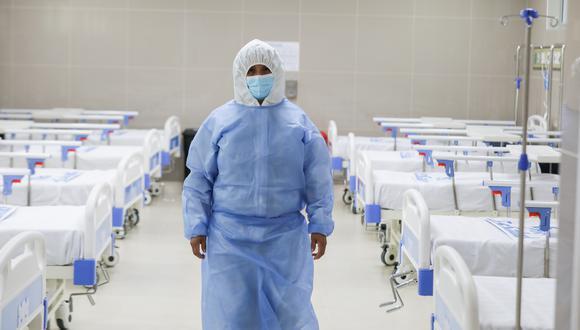 La próxima semana se estarían implementando 10 camas de hospitalización. Tres pacientes en estado crítico por el nuevo coronavirus se encuentran en el exterior del hospital a la espera de una cama UCI. (Foto: Essalud - referencial)