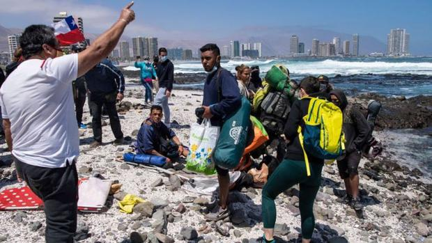 After fleeing the protesters, several migrants moved to the beach.  (Photo: Getty Images)