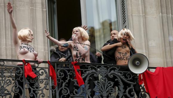 Chicas semidesnudas sabotean el 1 de Mayo de Marine Le Pen
