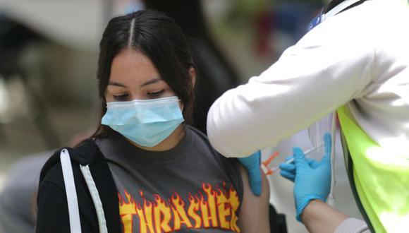 Sandra Cervantes, de 14 años, recibe una vacuna contra la enfermedad por coronavirus (COVID-19) en una clínica de vacunas para jóvenes recién elegibles de 12 a 15 años en Pasadena, California, EE. UU. (Foto: REUTERS / Lucy Nicholson).