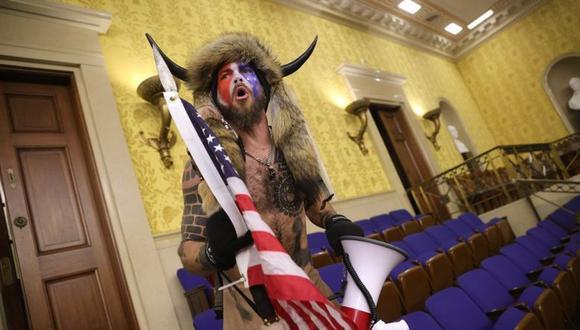Jacob Anthony Chansley es presuntamente el hombre que fue fotografiado ataviado con unos cuernos en el Senado. (Foto: Getty Images, vía BBC Mundo).