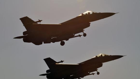 Dos cazas F-16 fabricados en Estados Unidos despegan de la base de la fuerza aérea de Chiayi en el sur de Taiwán el 26 de enero de 2016. (Foto de SAM YEH / AFP/ Archivo).