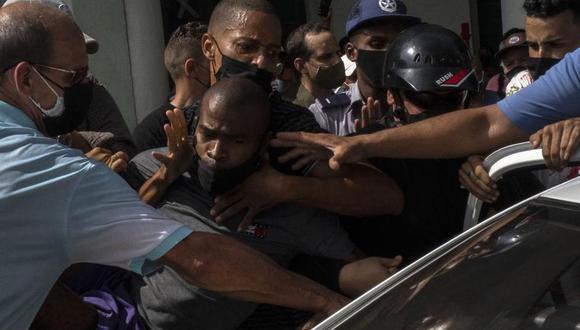 Policías vestidos de civil detienen a un manifestante antigubernamental durante una protesta en La Habana, Cuba, el domingo 11 de julio de 2021. (Foto AP / Ramón Espinosa).