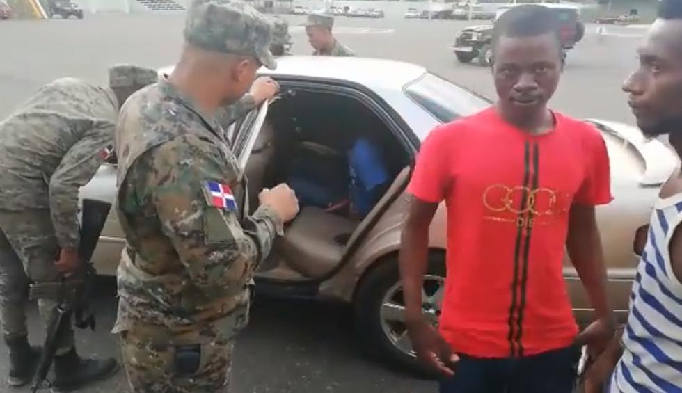Pasajeros intentaban cruzar de Haití a República Dominicana. Varios eran menores y algunos estaban ocultos en la maletera.