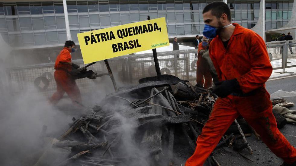 Greenpeace protesta en Brasil contra la política ambiental de Bolsonaro. (Foto: AP).