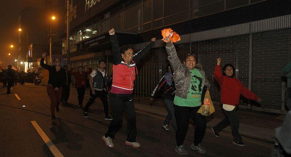Seguidores de Keiko y PPK realizaron vigilia cerca a la ONPE - 6