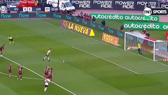 El colombiano Rafael Santos Borre abrió el marcador a favor de River Plate ante Lanús con eficiente ejecución de penal. (Foto: captura de video)