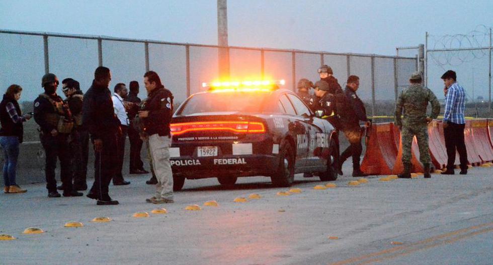 Los oficiales de policía vigilan la escena del crimen donde un solicitante de asilo mexicano se cortó la garganta después de que se le negó la entrada a los Estados Unidos. (Foto: Reuters).