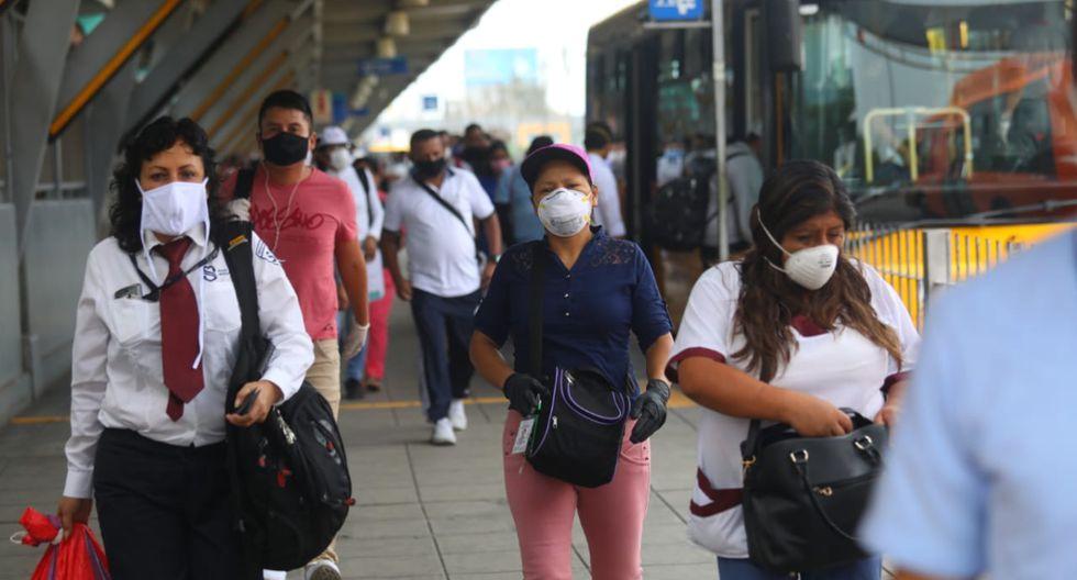 Usuarios del Metropolitano transitan en una estación durante el estado de emergencia que rige en el país desde el pasado 16 de marzo. (Foto: GEC).