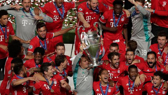 Bayern Munich's German goalkeeper Manuel Neuer (C) and teammates celebrate with the trophy after winning the UEFA Champions League final football match between Paris Saint-Germain and Bayern Munich at the Luz stadium in Lisbon on August 23, 2020.   / AFP / POOL / Manu Fernandez