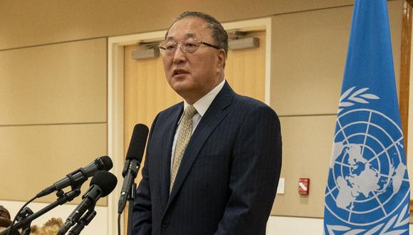 El embajador de China ante las Naciones Unidas, Zhang Jun, habla con los periodistas en Nueva York. (AP/Mary Altaffer).
