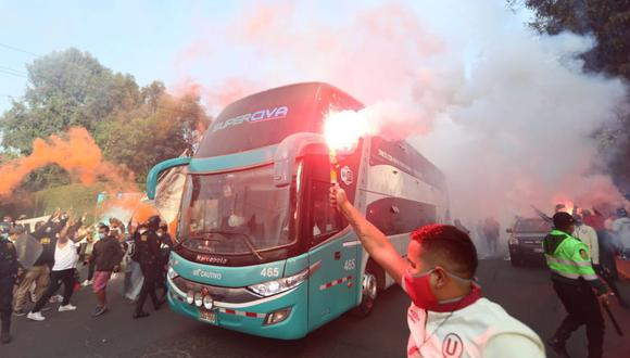 Así recibieron los hinchas al bus de Universitario, sin respetar el distanciamiento. (Foto: Jesús Saucedo)