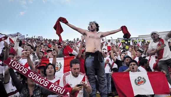 Casi tres mil peruanos llenaron una tribuna en el Atahualpa de Quito para ser testigos del 2-1 de Perú. La mayoría, muchachos sub 20 que solo han visto un Mundial en la TV o jugándolo en Play. (Foto: AFP)