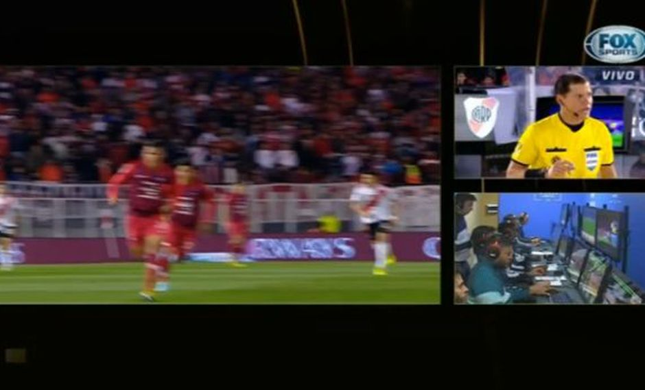 River Plate vs. Cerro Porteño: el árbitro Carrillo anuló el gol tras revisar el VAR. (Foto: captura)