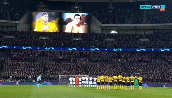 El minuto de silencio en memoria de Emiliano Sala y Gordon Banks. (Foto: captura de video)