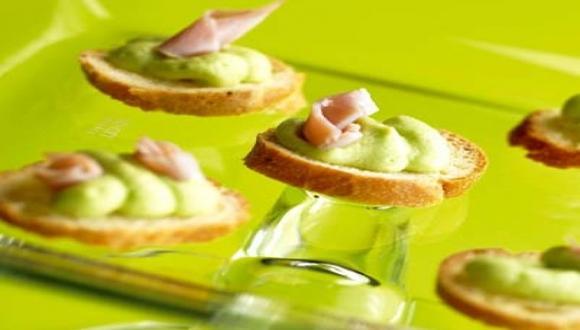 Tostadas con crema de habas verdes y jamón
