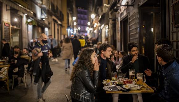 Turistas y residentes en un bar en el centro de Madrid, el 26 de marzo de 2021. Con su política de bares y restaurantes abiertos, Madrid se ha ganado la reputación de oasis de diversión en el desierto de restricciones de Europa por el coronavirus. (AP Foto/Bernat Armangue).