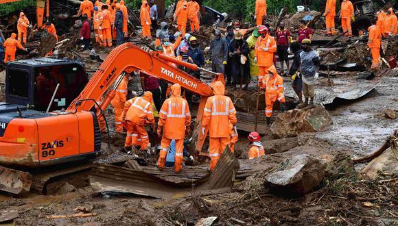 Los equipos de rescate buscan personas desaparecidas en el lugar de deslizamiento de tierra causado por las fuertes lluvias en Pettimudy, en el estado de Kerala, India. (STR/AFP).