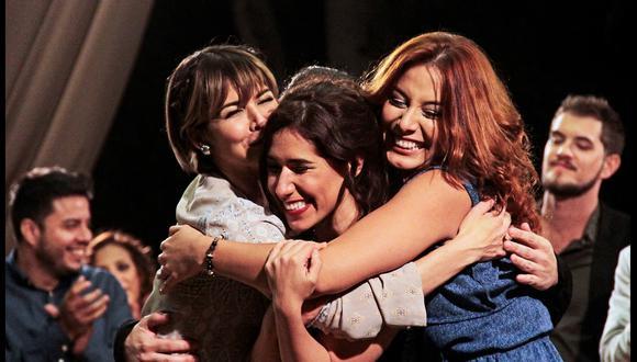 Anahí de Cárdenas y Natalia Salas abrazan a Patricia Barreto, protagonista de la película de la cineasta Ani Alva Helfer. Poder femenino.