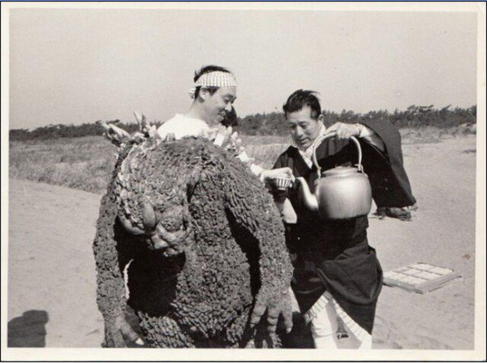 Haruo Nakajima, el primero en encarnar a Godzilla, toma té en un receso del rodaje. El traje pesaba unos 90 kilos. (Foto: Difusión).