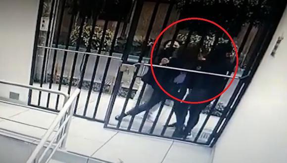 La agraviada fue víctima de los malhechores cuando se disponía a abrir la reja para ingresar a su domicilio. (Foto captura: América Noticias)