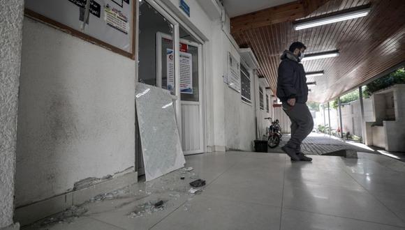 Una persona inspecciona el hospital Al Dora dañado de Gaza que fue dañado por bombardeos de Israel. (EFE / EPA / HAITHAM IMAD).