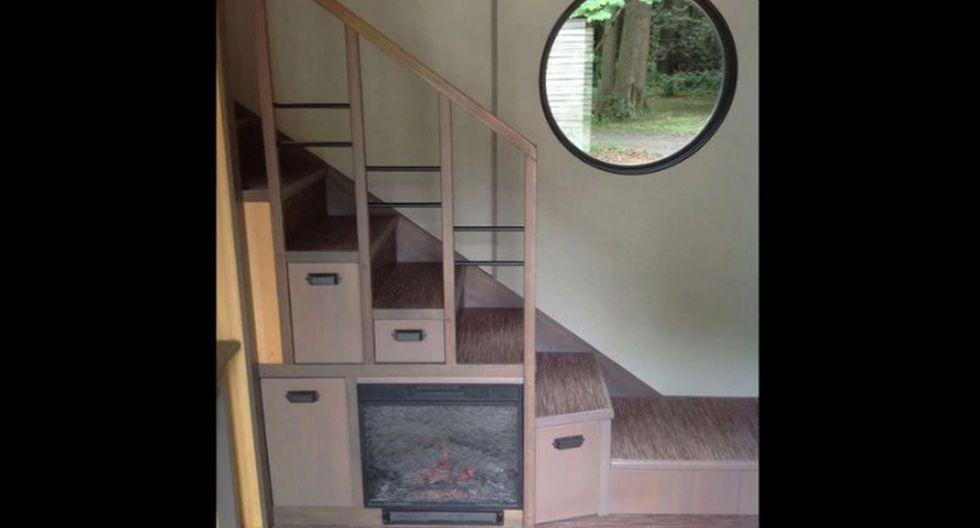 Una chimenea también ocupa un lugar debajo de la escalera para mantener el calor durante el invierno. Los demás escalones han sido convertidos en cajones para aumentar el espacio de almacenamiento. (Foto: tinyhouse.heininge.com)