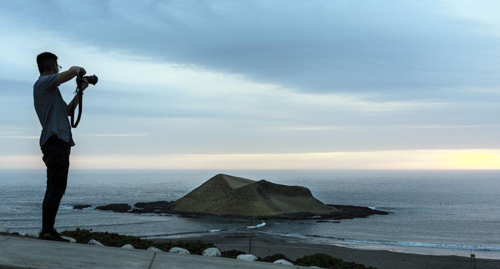 Del mirador de la playa La Isla, en puerto Supe, se ve la isla de forma piramidal.(Foto: Juan Ponce)