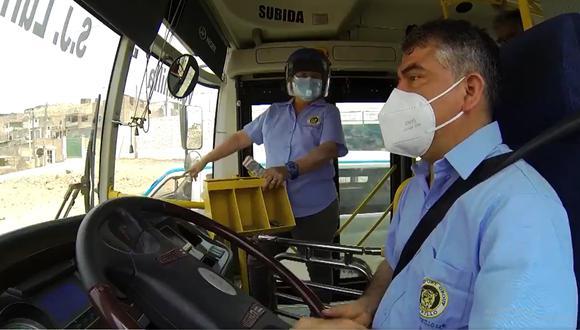 Para poder manejar un bus de gran tamaño como ese, se requiere de un brevete AIIB o AIIC. El candidato tiene un permiso que solo le permite manejar vehículos livianos.