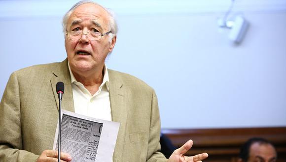 El congresista Víctor Andrés García Belaunde interviene en el debate del Pleno por la aprobación del informe final de la Comisión Lava Jato, el pasado 7 de noviembre. (Foto: Congreso).