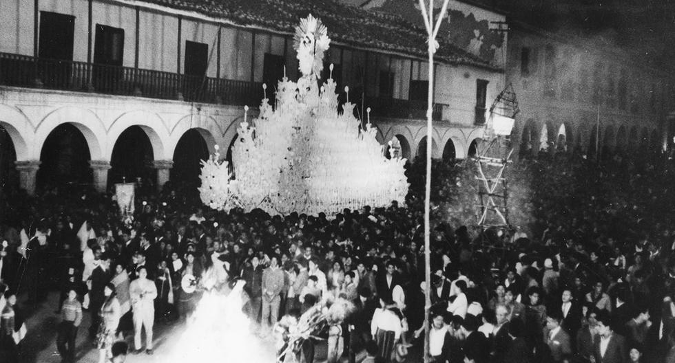 Nuestro reportero gráfico Alberto del Rosario recorriendo las calles de Ayacucho durante Semana Santa. Postal de 1965. Foto: Alberto del Rosario/ GEC Archivo Histórico