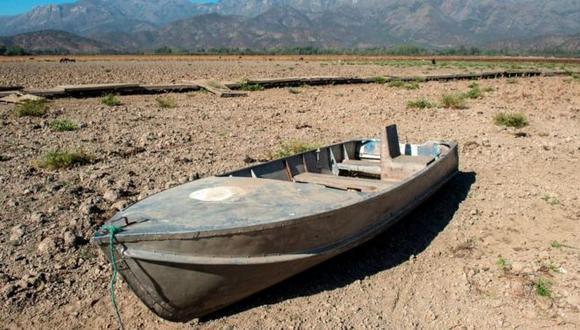 Un bote abandonado en la Laguna Aculeo, a unos 70 kilómetros al sur de Santiago. Este lugar, que por décadas fue una importante atracción turística, hoy es uno de los símbolos de la sequía. que afecta a ese país.(Getty Images).