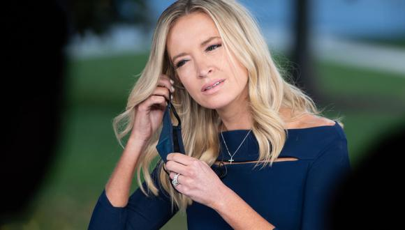 La secretaria de prensa de la Casa Blanca, Kayleigh McEnany, se quita la mascarilla antes de una entrevista televisiva el 2 de octubre de 2020. Este lunes anunció que ha dado positivo para coronavirus. (Foto de SAUL LOEB / AFP).
