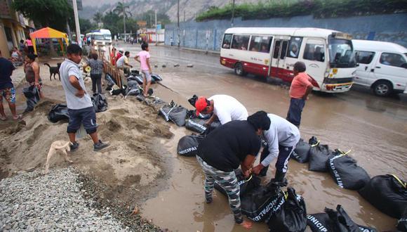 Sacos de arena fueron colocados estratégicamente y ayudaron al desvío del huaico. (Foto: Félix Ingaruca / GEC)