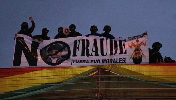 Policías bolivianos despliegan una pancarta en el techo de una unidad policial este viernes en Cochabamba contra Evo Morales. (EFE/Jorge Abrego).