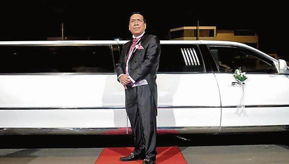 Al cielo en limusina. El pastor Santana va al volante de una lujosa manera de predicar la palabra.