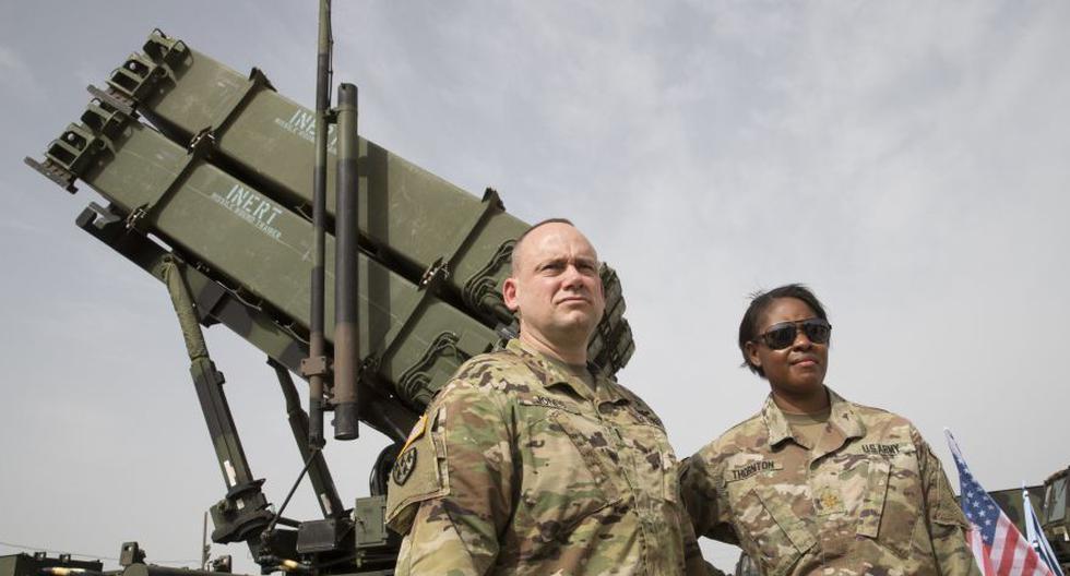 Oficiales del ejército de Estados Unidos se paran frente a un sistema de defensa antimisiles Patriot. (Foto: AFP).