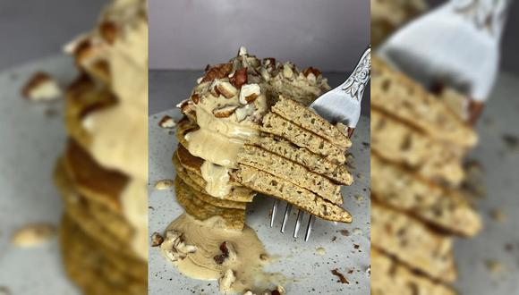 Este delicioso postre puede ser coronado con mantequilla de almendras, trozos de pecana y algún sirope sin azúcar de tu preferencia. (Foto: Kathia Fanárraga)