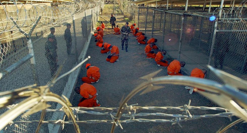 En esta foto del 11 de enero del 2002 publicada por el Departamento de Defensa de Estados Unidos se puede ver a un grupo de detenidos, presuntamente talibanes y miembros de Al Qaeda, en el denominado Campo X-Ray, que fue clausurado ese mismo año. Por los corredores de la prisión de Guantánamo han pasado casi 800 presos durante estos 19 años en operación. (Foto: Archivo de AP)