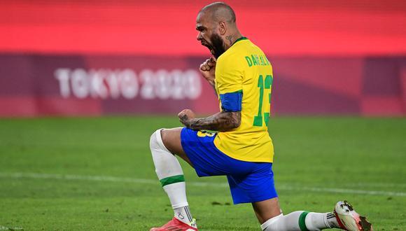 Dani Alves anotó el primero para Brasil en la definición por penales contra México. (Foto: AFP)