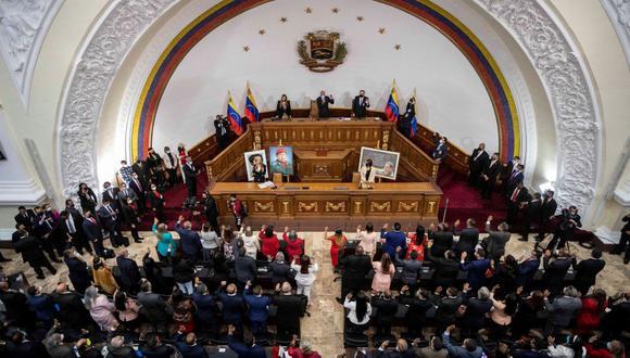El presidente de la Asamblea Nacional Jorge Rodríguez; Iris Varela, primera vicepresidenta y Didalco Bolívar, segundo vicepresidente durante un evento oficial hoy, martes, en Caracas. (EFE/ Rayner Peña).