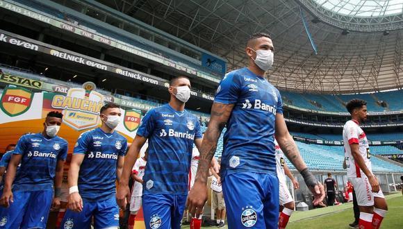 En el partido ante Sao Luiz, los futbolistas de Gremio de Porto Alegre entraron al campo con mascarillas en señal de protesta por jugar. (Foto: AFP)