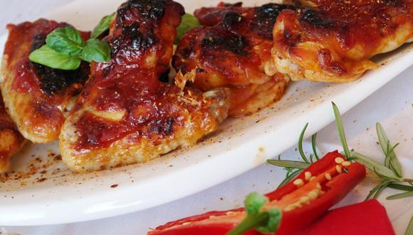 Las alitas de pollo se pueden servir con diversas salsas y acompañamientos. (Foto: RitaE / Pixabay)