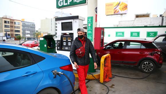 Los precios de los combustibles varían los diversos establecimientos que los expenden. Conoce aquí dónde encontrar los precios más bajos. (Foto: Hugo Curotto / GEC)
